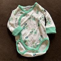 Vit omlottbody med mintgröna kantband och djurmönster samt matchande byxor från PoP stl 56