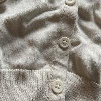 Off-white stickad kofta med volanger från PoP stl 56