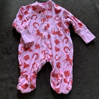 Rosa pyjamas med rött mönster av hästar, hjärtan fyrklöver och hästskor från PoP stl 56