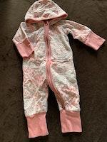 Vit jumpsuit med öron, rosa kantband, muddar och fläckmönster från PoP stl 56