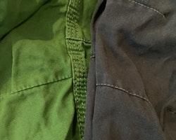 Två par byxor i grönt resp mörkblått från PoP stl 86