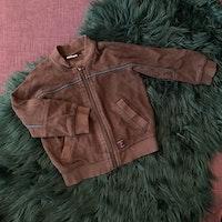 3 delat paket med en brun collegetröja med dragkedja, ett par bruna byxor och en tunn tröja med björnar från PoP stl 86