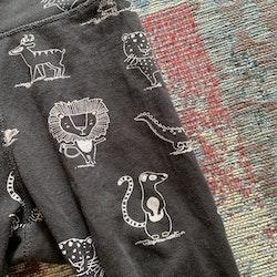 Svarta leggings med vitt djurtryck med tex lejon, lemur och igelkott från Lindex stl 68