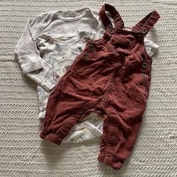 3 delat paket med två djurmönstrade bodies och ett par vinröda hängselbyxor från Newbie stl 62