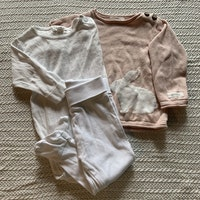 3 delat paket med vit hålstickad body, vita byxor samt en rosa stickad tröja med en vit kanin på från Newbie stl 62