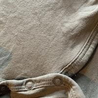 Khakigrön body med mörkgrått och gult texttryck från Cubus stl 68