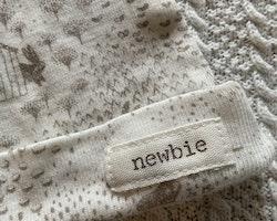 Off-white mössa med kaninmönster i beige från Newbie stl 4-6 mån