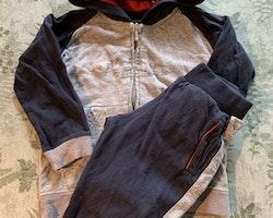 Mörkblått, gråmelerat och rött set med collegetröja och byxor från Champion stl 92