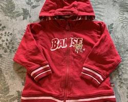 Set med röd tröja och byxa med vita detaljer och Bamse tryck från Lindex stl 86