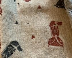 Ett par grå byxor med broderad räv och ett par beigea byxor med mörkgrått och rödbrunt rävmönster från Lupilu stl 86/92