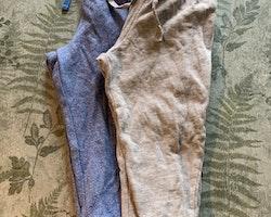 Två par melerade byxor i ljusgrått resp. blått från HM stl 86