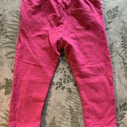 Ett par gråmelerade mjukisbyxor med rosa detaljer från Kaxs och ett par rosa byxor från Åhléns stl 86
