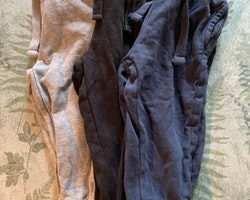 3 delat paket med mjukisbyxor i mörkblått, svart och grått från Basic U stl 86