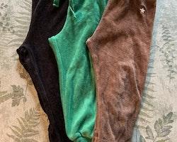 3 delat paket med mjukisbyxor i svart, brunt och grönt från Lindex stl 86