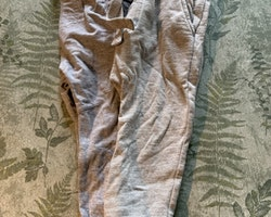 Set med två par grå mjukisbyxor från NeXT resp Kappahl stl 92