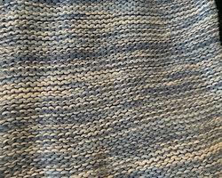 Stickad tröja melerad i olika blå nyanser och vitt från HM stl 86