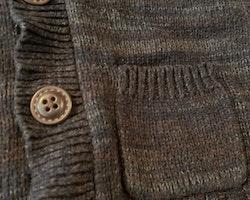 Stickad kofta melerad i olika bruna och grå nyanser från HM stl 86