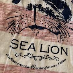 Röd och vit tröja med mörkblå detaljer och sjölejontryck från Me Too stl 86