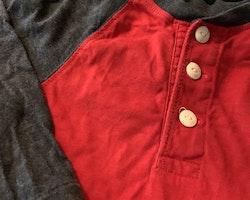 Röd tröja med gråblåmelerade ärmar och krage från Ralph Lauren stl 18 mån