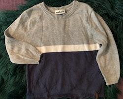 Grå, vit och mörkblå stickad tröja från Pomp de Lux stl 86