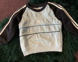Set med tröja och byxa i mörkblått, ljusblått och vitt från Adidas stl 86-92