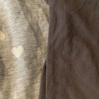 Ett par grå mjukisbyxor med vita hjärtan och ett par mörkgrå leggings från HM stl 86