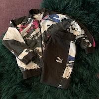 Collegeset med tröja och byxa i svart, vitt, rosa och blått från Puma stl 86