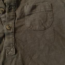 Mörkgrå tröja med farfarsknäppning och bröstficka från Lindex stl 86
