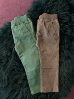 Två par byxor av chinostyp i khaki- resp skogsgrönt från Pomp de Lux stl 86