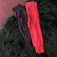 Två par mjukisbyxor i rött resp mörkblått från Basic U stl 86