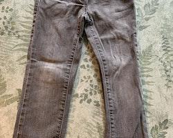 Grå jeans från Tommy Hilfiger stl 98
