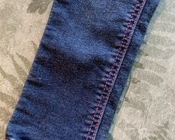 Blå superstretch jeans med hjärtan och kattdetaljer i rosa och silvermetallic från HM stl 92