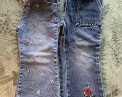 Två par blåjeans med broderade blommor stl 86 + 92