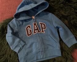 Blå collegetröja med huva, dragkedja, fickor och bokstavsapplikationer från GAP stl 86-92