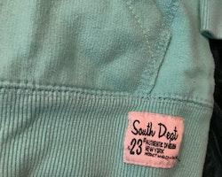 Grön collegetröja med huva, dragkedja, fickor och vitt texttryck från Lindex stl 86/92