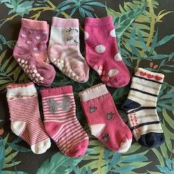 7 delat paket strumpor med och utan halkskydd  i mestadels rosa och vitt med lite glitter, hjärtan, prickar och djur stl 19-21
