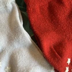 4 delat paket halkstrumpor i rött, vitt, grått och lila stl 19-21