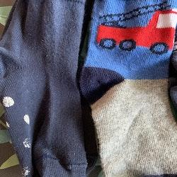 5 delat paket strumpor i blått, rött och vitt med bilar och brandbilar stl 19-21