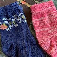 4 delat paket strumpor i vitt, rosa och blått med blommor, hjärtan och Snobben stl 19-21