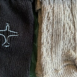 Två par stickade strumpor i grått och mörkblått med flygplan på från Lupilu stl 19-21