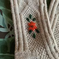 Underbara stickade/virkade ullsockor i grått, rött och grönt med blommor på stl 1-2 år