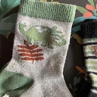 3 delat paket med halkstrumpor i grått, grönt och svart med dinosaurier stl 25/27