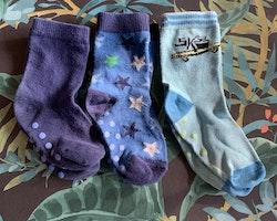 3 delat paket med halkstrumpor i blått och grönt med stjärnor och skateboard stl 21-24