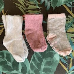 3 delat paket med halkstrumpor i grått, vitt och rosa med några hjärtan stl 15-18