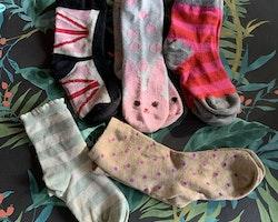 5 delat paket med strumpor i mycket rosa, vitt och grått med tex prickar, ränder och kaniner stl 23-27