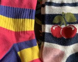 6 delat paket med strumpor med och utan halkskydd i en massa färger och med massor med olika mönster stl 25-27