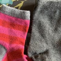 4 delat paket med strumpor med och utan halkskydd i mest rosa och grått med mycket ränder stl 27-30