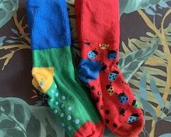 Två par färgglada strumpor med bl.a nyckelpigor från Happy socks stl 24-26