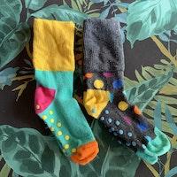 Två par färgglada strumpor med bl.a prickar från Happy socks stl 24-26