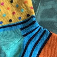 Ett par färgglada randiga och prickiga strumpor från Happy socks stl 22-24